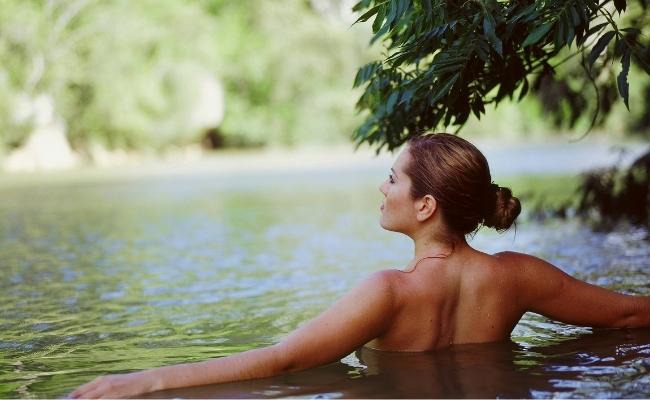 Bada utan kläder